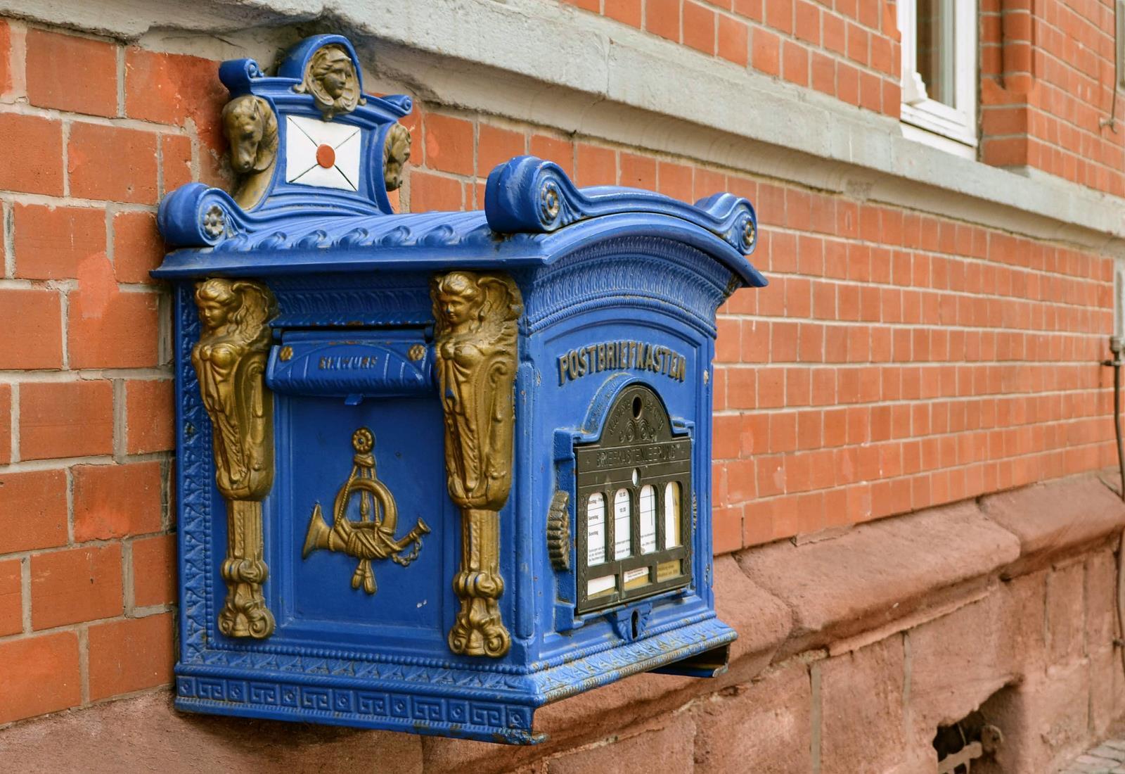 Blauer Briefkasten an einer Hauswand